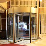 puerta de entrada / enrollable / de vidrio / automática