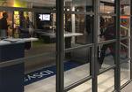 puerta de entrada / abatible / de vidrio / de aluminio