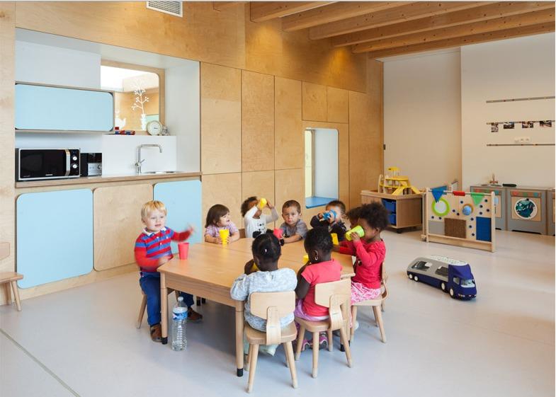 Centro de guardería cerca de los muebles del niño-tamaño de las ...