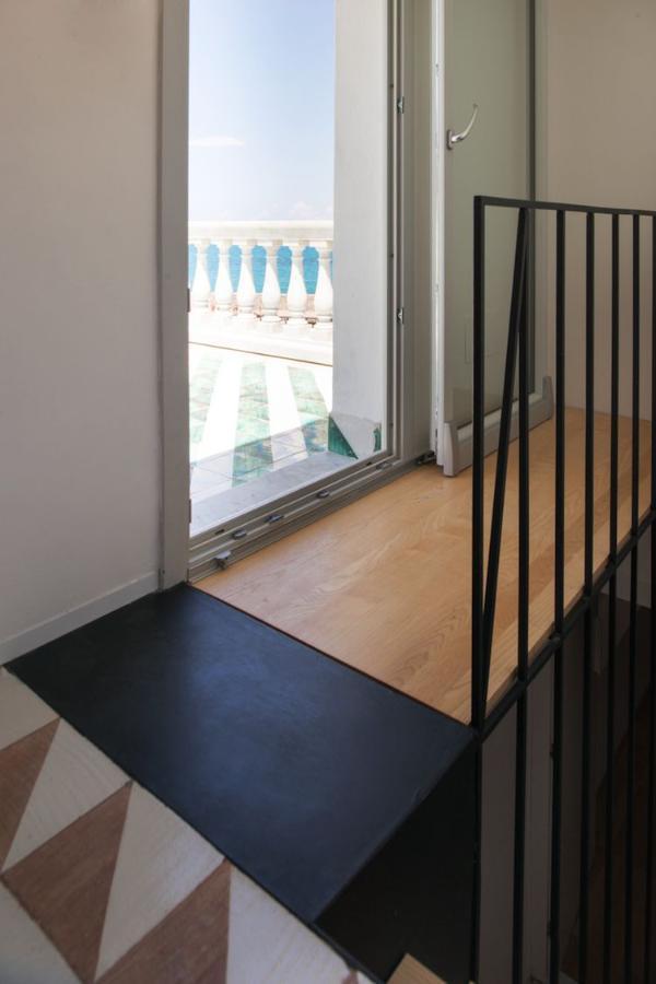 La escalera escultural conecta dos pisos de mosaico en la cabaña ...