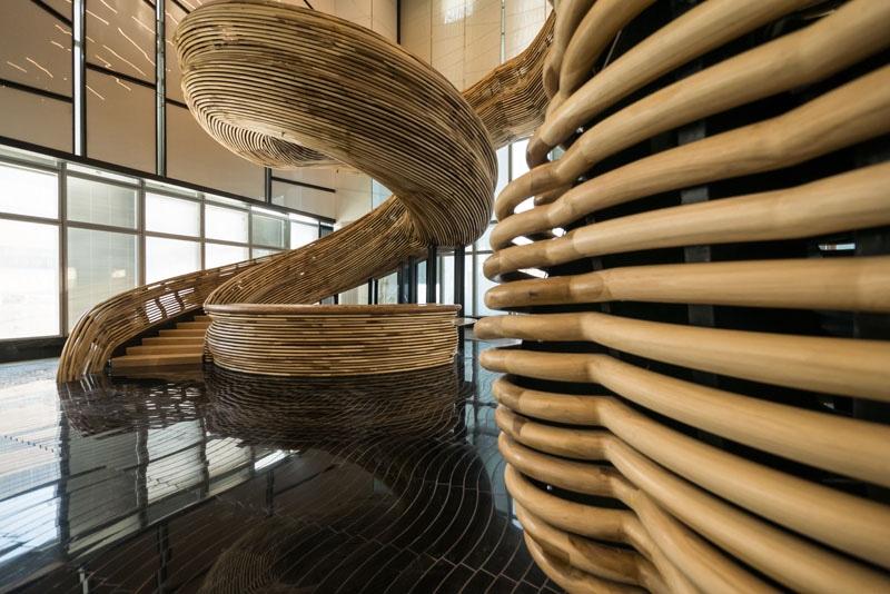 una escalera espiral asombroso escultural ha estado instalada en el pasillo de este edificio de oficinas