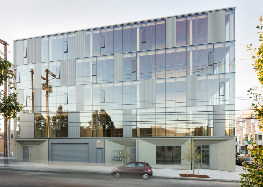 La fachada de cristal revela la estructura de la madera del edificio ...
