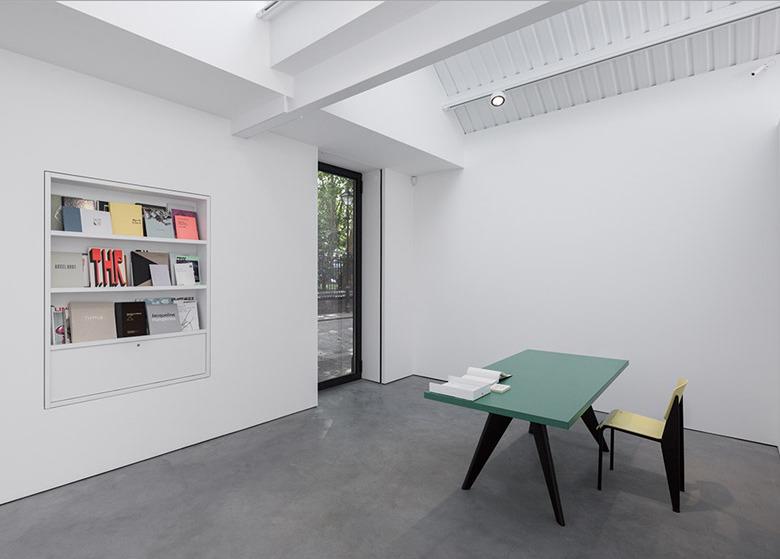 7685155b94 La galería de arte moderno asume el control tres almacenes de Londres  enfrente de una iglesia