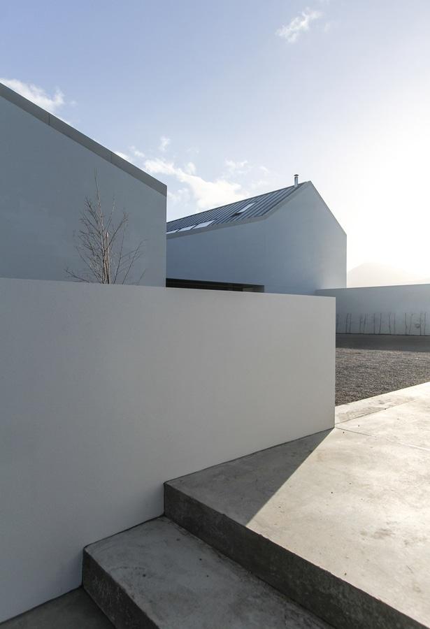 Granero-como casa de McGonigle McGrath ofrece las paredes pálidas y ...