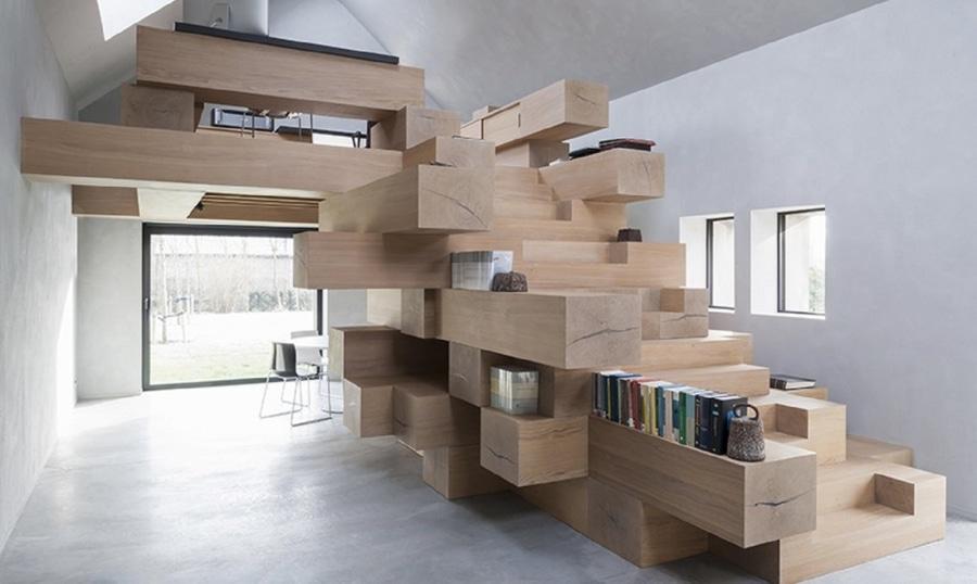 Los haces apilados de la madera actúan como muebles de oficinas del ...