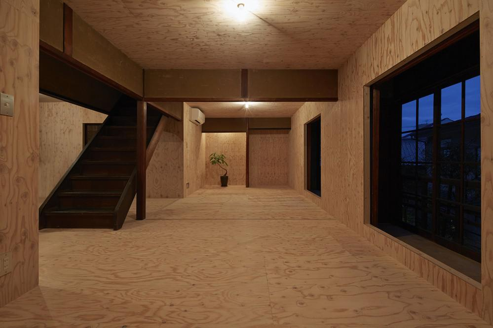 NAAD alinea una casa japonesa centenaria con madera contrachapada ...