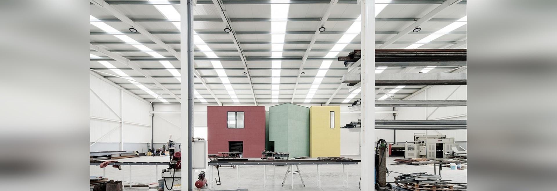El almacén de acero acanalado incluye edificios de oficinas coloridos en Portugal