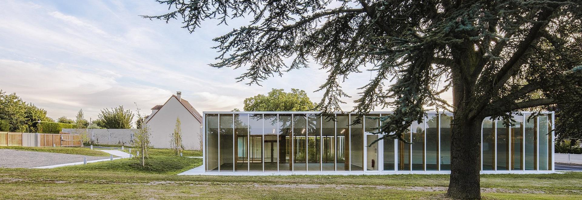 Los architectes de NZI aplican fachadas esmaltadas para traer la luz en centro del ocio en Francia