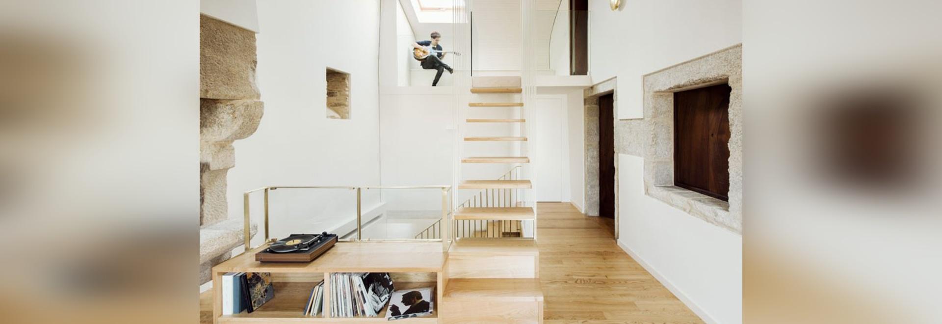 los arquitectos del arrokabe caben la escalera luz-enmarcada para ...