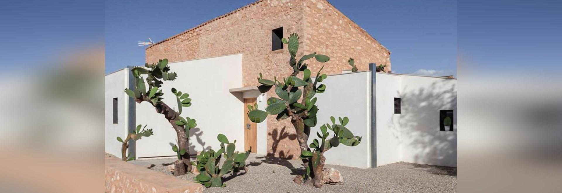 Los arquitectos de Munarq transformaron un cortijo que desmenuzaba ...