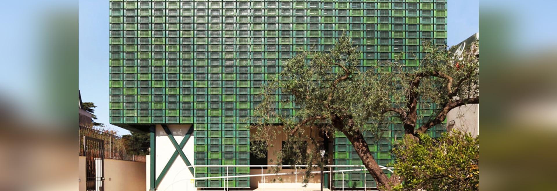 Los centenares de cajones anaranjados repurposed componen la fachada destacada en Italia