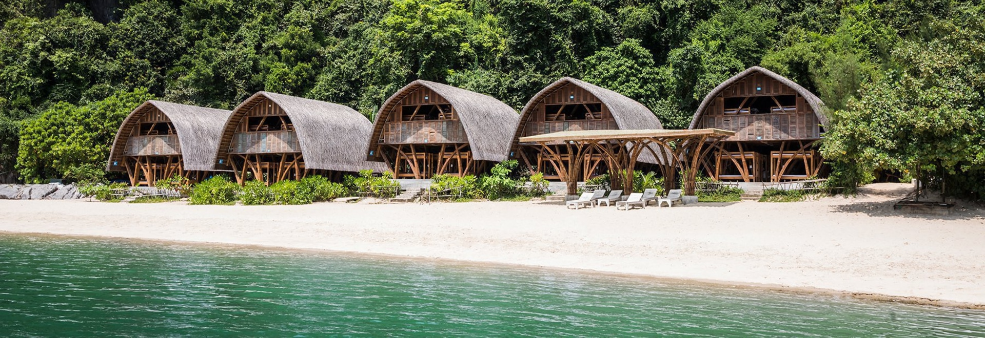 El centro turístico de bambú de la 'isla náufraga' de los arquitectos de VTN ocupa suavemente una orilla vietnamita de la isla