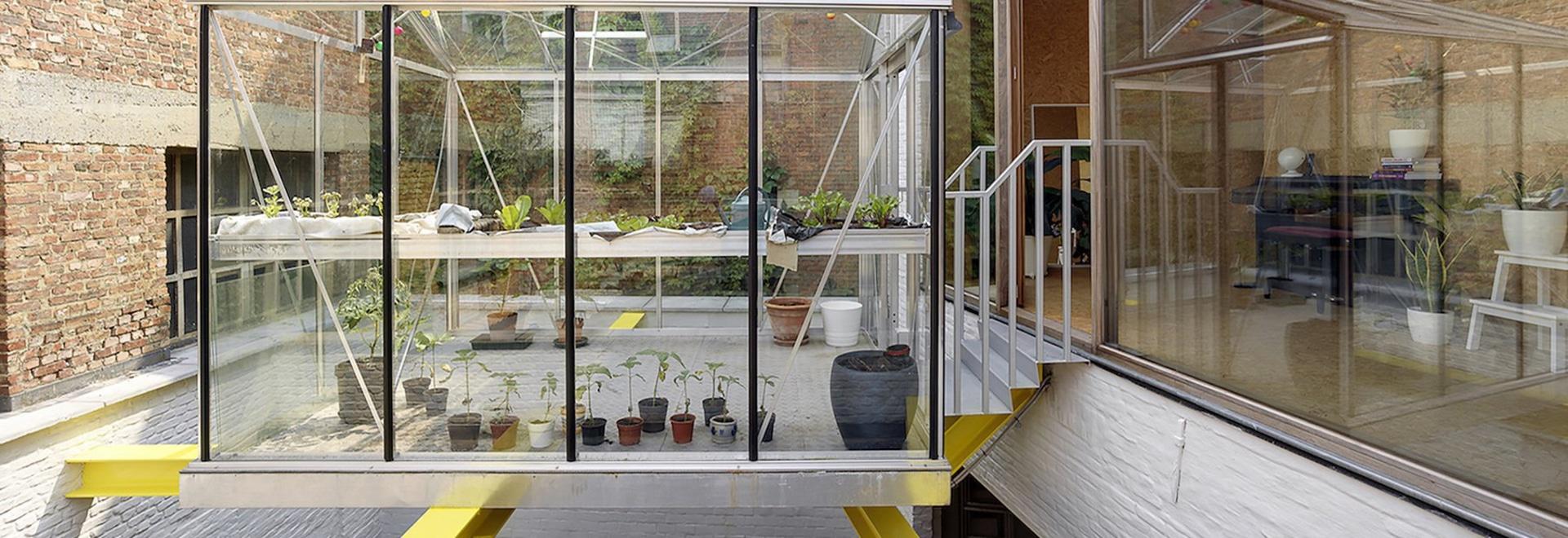 el dmvA suspende el invernadero para el cultivo urbano sobre las barras de acero en Bélgica