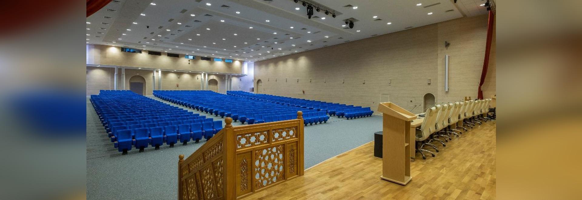 Quinette Gallay equipa la sala de conferencias del ministerio de Habous y de asuntos islámicos.