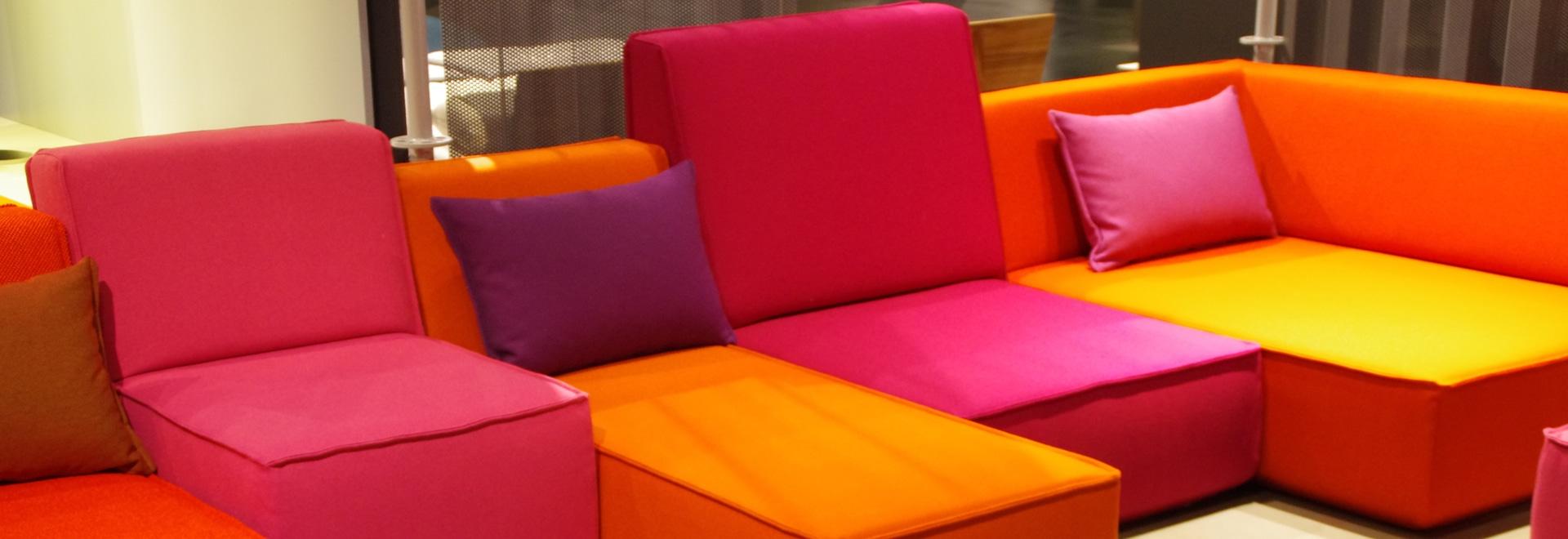 Sofá del codo en anaranjado y rosado
