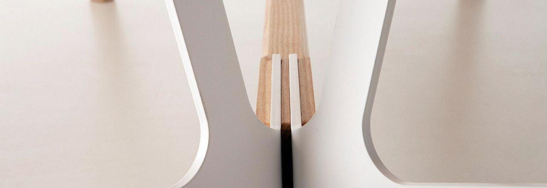 Tabla superior con una barra del reposapiés, diseño Alfredo Haberli del diseño