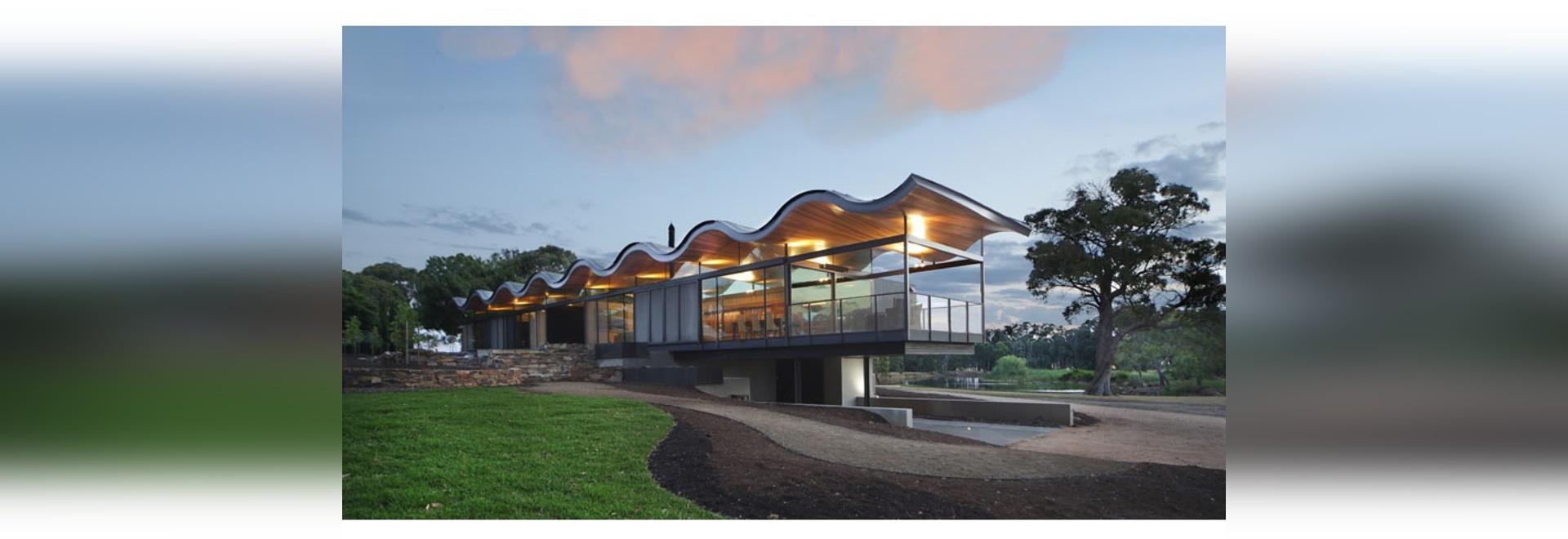 Un tejado ondulado flotante se sienta sobre esta casa australiana