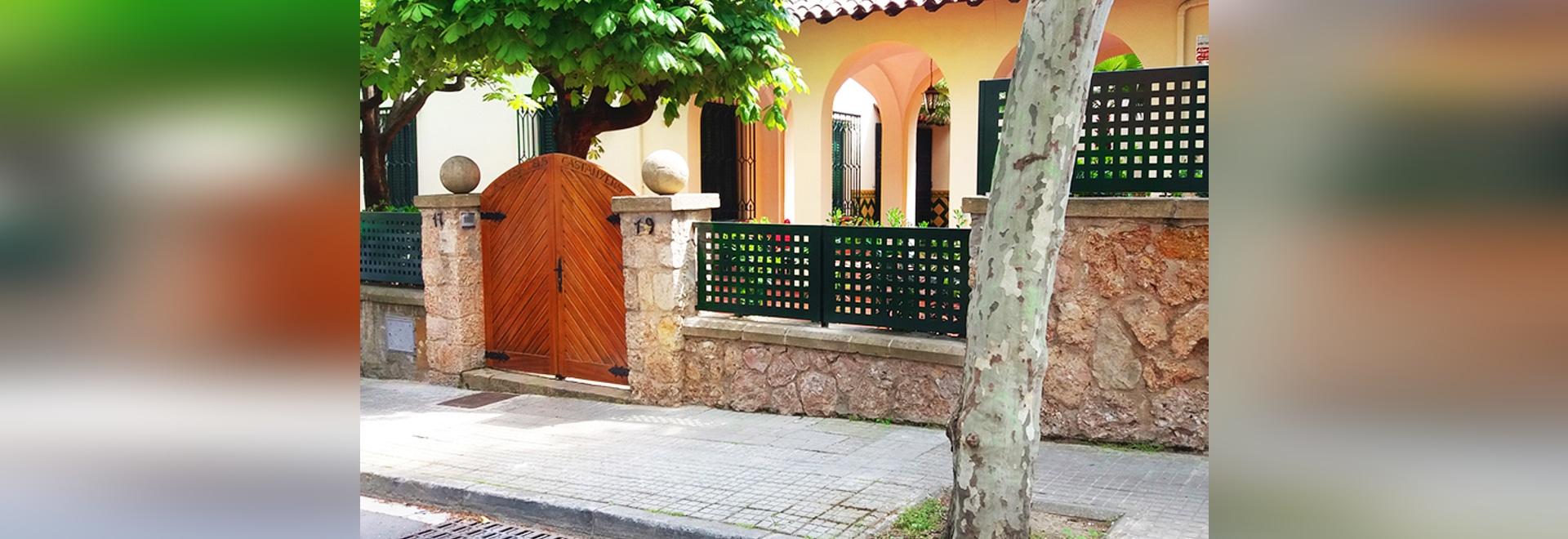 Vallado de chapa perforada en Sant Cugat.