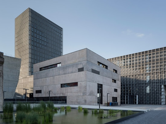 La rejilla de acero cubre el edificio cantilevered doble para la universidad de Luxemburgo