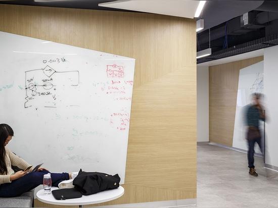 Las vainas para el estudio privado se configuran con las herramientas de aprendizaje audio-visuales que animan a estudiantes espontáneamente al enchufe; mientras que los pasillos se sazonan con pim...