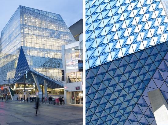 Diseñado por la práctica Snøhetta de Oslo y los arquitectos canadienses de la sociedad de Zeidler de la firma arquitectónica, centro de aprendizaje del estudiante de la universidad de Ryerson el nu...