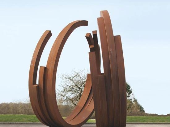 """Bernar Venet, 234.5° trabajo 10. presentado en la exposición """"que el mundo se encuentra aquí"""" en la galería de Custot, avenida del arco x de Alserkal. Avenida de Alserkal de la cortesía de la foto."""