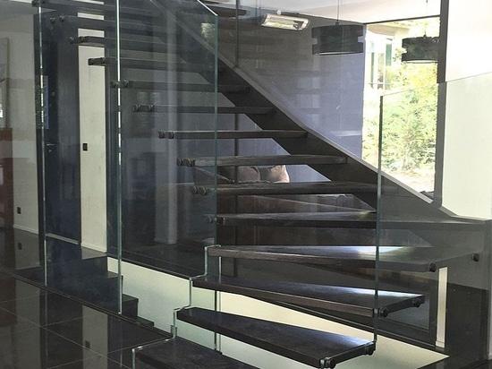 escalera de cristal skystep con peldaos de madera