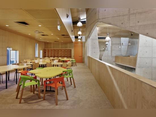 """La escuela de Abedian de la arquitectura por el estudio de CRAB """"fue diseñada de al revés"""""""