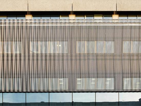 """Torre """"fea"""" del hospital de Londres de los reclads de Penoyre y de Prasad con origami-como la piel"""