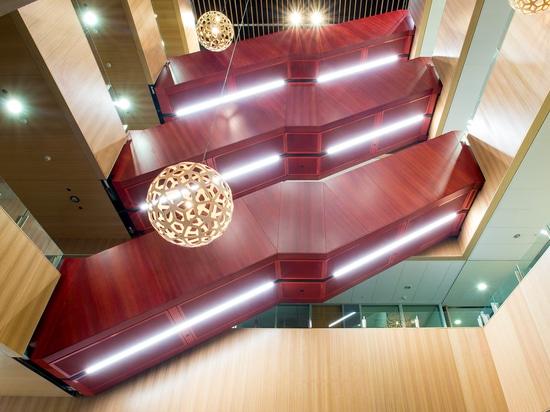 Los paneles grandes instalados con Fastmount en el edificio de la universidad