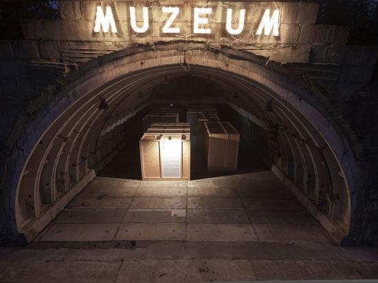 Con su edificio futuro en asimiento, el MoMA organizó exposiciones y acontecimientos en muchos diversos espacios en Varsovia. (Foto: Bartosz Stawiarski)