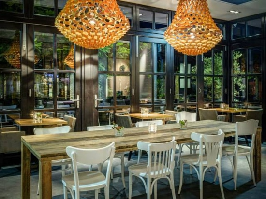 Lámparas de la corona en la mota magnífica del café del restaurante
