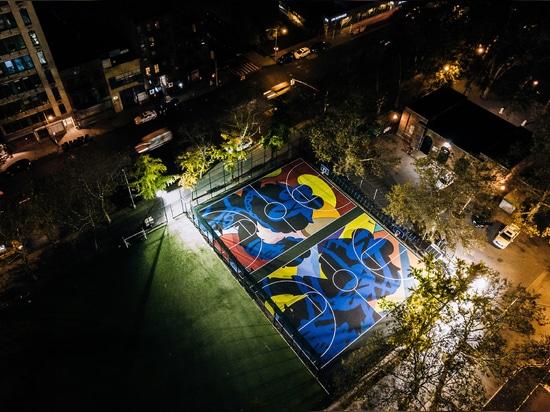 Kaws cubre a las canchas de básquet de Nueva York en murales coloridos
