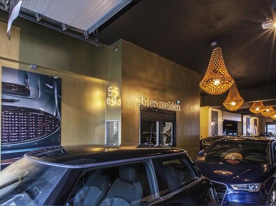 Coronas de oro de JSPR que se encienden encima de un garaje en Amsterdam