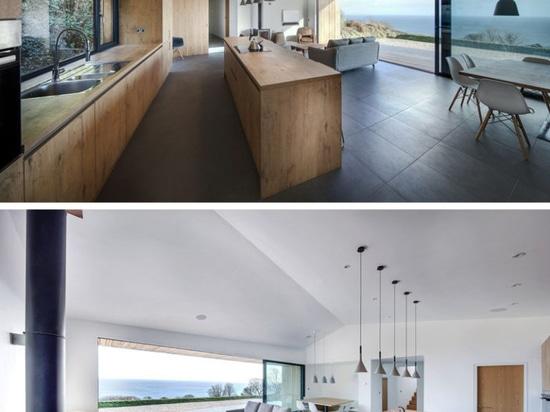 Cubiertas laterales de madera verticales esta casa de vacaciones contemporánea en Inglaterra