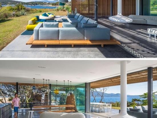 Esta casa mediterránea moderna permite que la brisa del océano pase derecho a través de ella