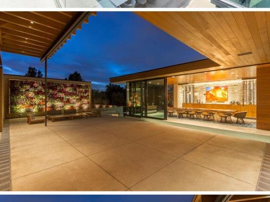 Hay espacios vitales múltiples dentro de esta casa suburbana de extensión en Colorado