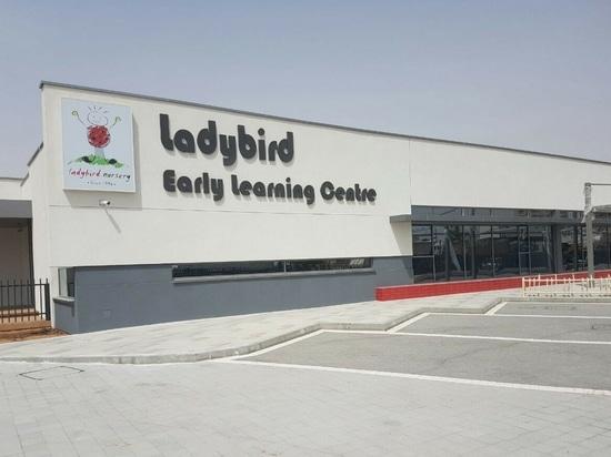 El 1r oro de LEED certificó la instalación de aprendizaje temprana en el Medio Oriente elige ALUMIL