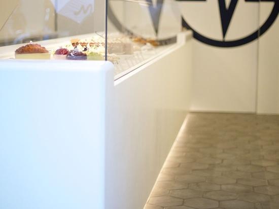 Una exhibición refrigerada elegante hecha de KRION® para destacar las creaciones de Christophe Michalak en París