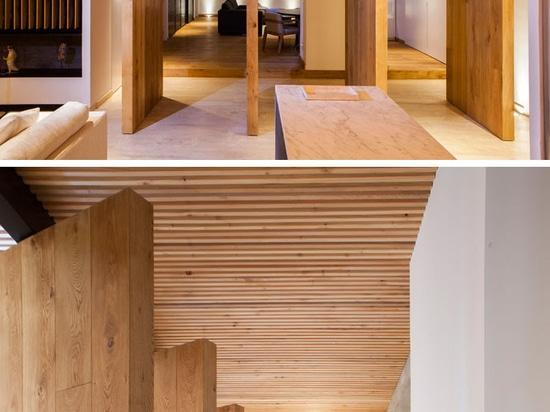 Un apartamento elegante con un techo de madera del listón