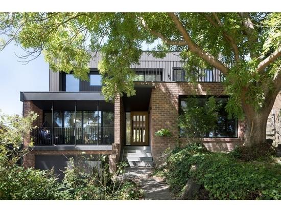 Una actualización contemporánea para una casa del ladrillo de los años 70 en Melbourne