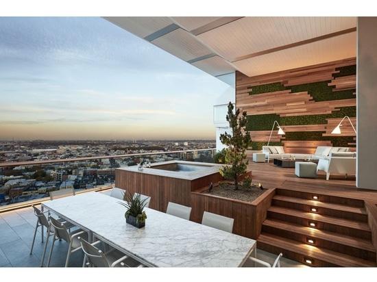 Este balcón con vistas de Brooklyn fue diseñado para el entretenimiento al aire libre