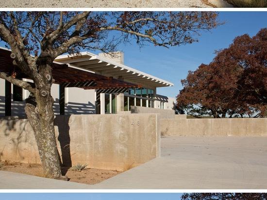 Esta casa moderna en los árboles de Texas Is Surrounded By Oak
