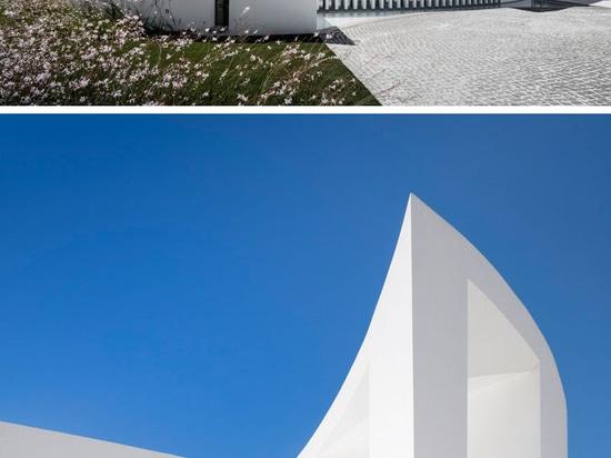 Una casa de curvas en la costa