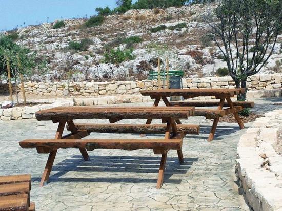 Los grupos de bancos y la tabla hicieron en madera en Malta