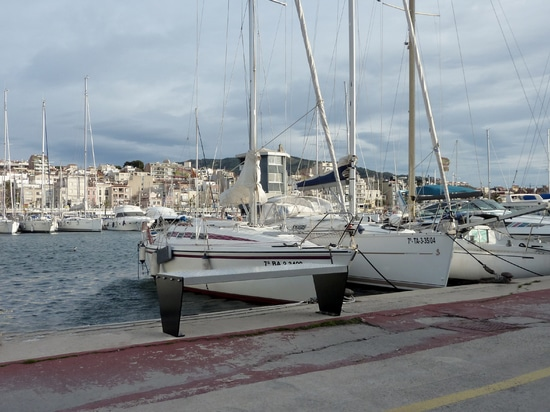 Benchs urbanos en el puerto