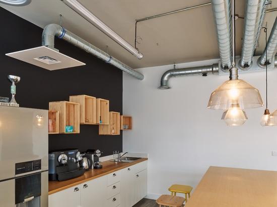 Comience para arriba las oficinas con la opinión parisiense del tejado