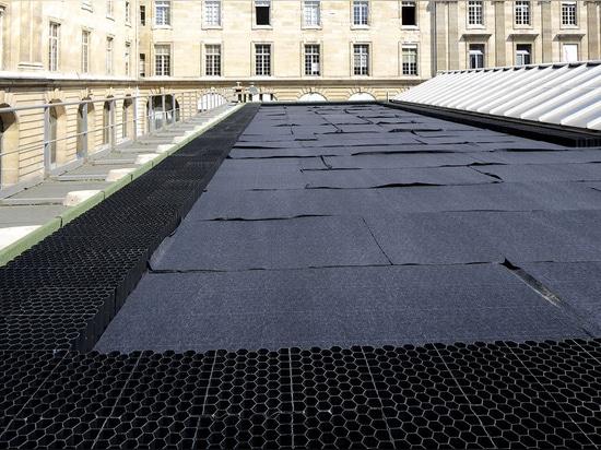 Jardín de tejado en un edificio ayuntamiento París