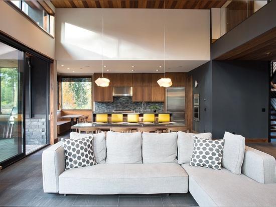 Cocina cómoda y sala de estar