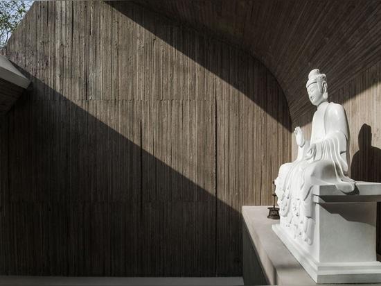 Capilla de Buddist de la orilla del agua